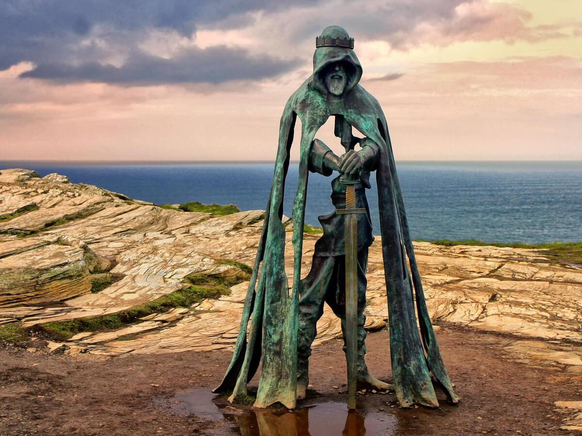 Estatua del Rey Arturo ubicada en Cornwall, Reino Unido.