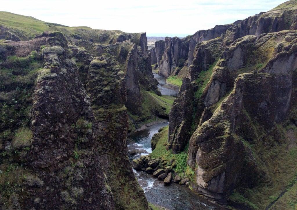 El cañón de Fjaðrárgljúfur en Islandia