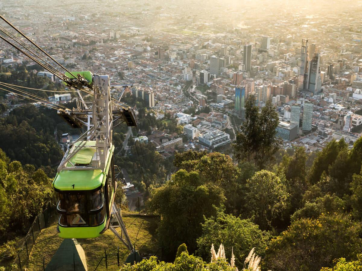 Funicular que desciende de la cima del Cerro de Monserrate.