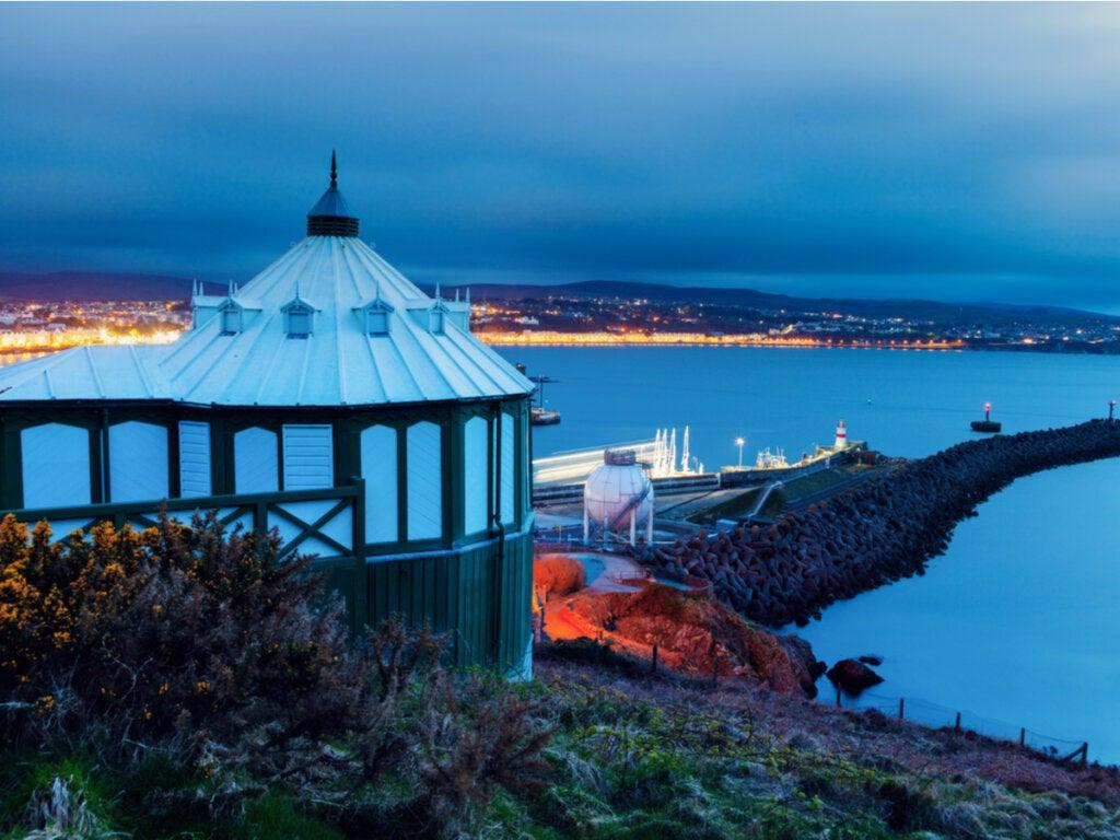 Faro en la costa de la Isla de Man, otra de las posibles locaciones de Ávalon.