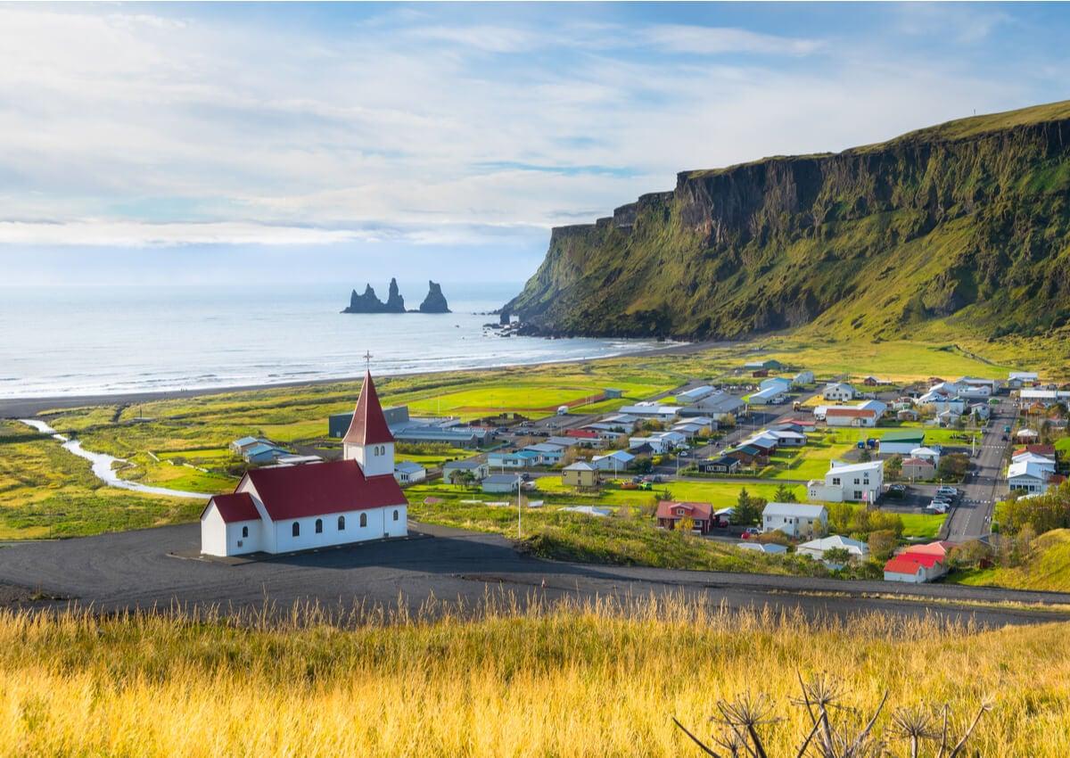 Paisaje de Vik que muestra los contrastes de las tierras de Islandia.