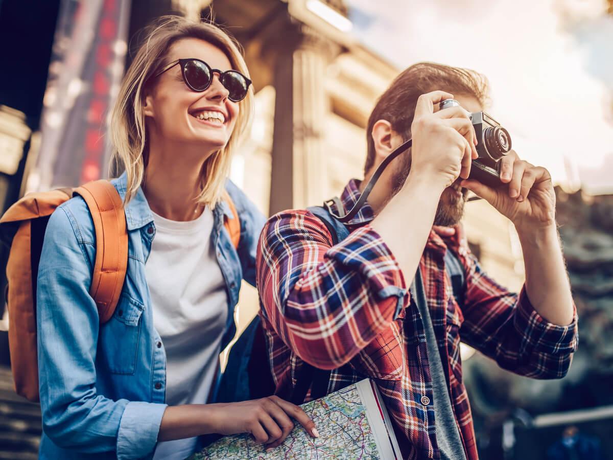 Pareja de turistas en su propia ciudad.