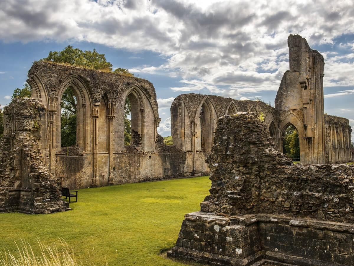 Las ruinas de la abadía de Glastonbury, donde se ubicó a Avalón en algún momento.