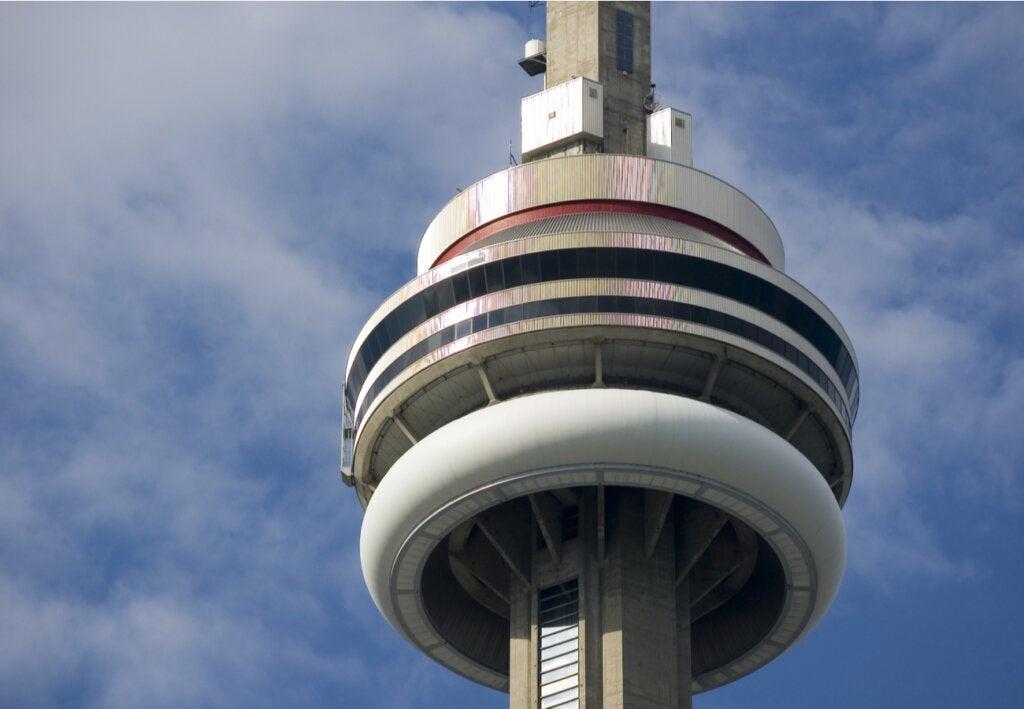 Vista cercana de la Torre Nacional de Canadá.