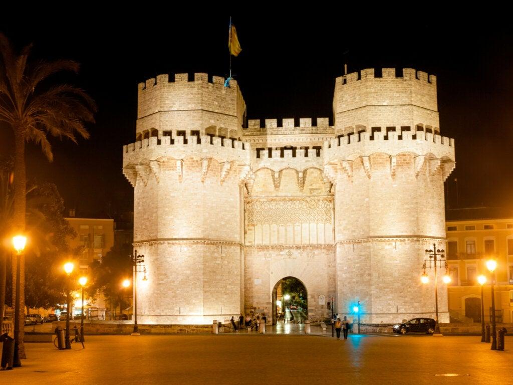 Hermosa panorámica nocturna de las Torres de Valencia.