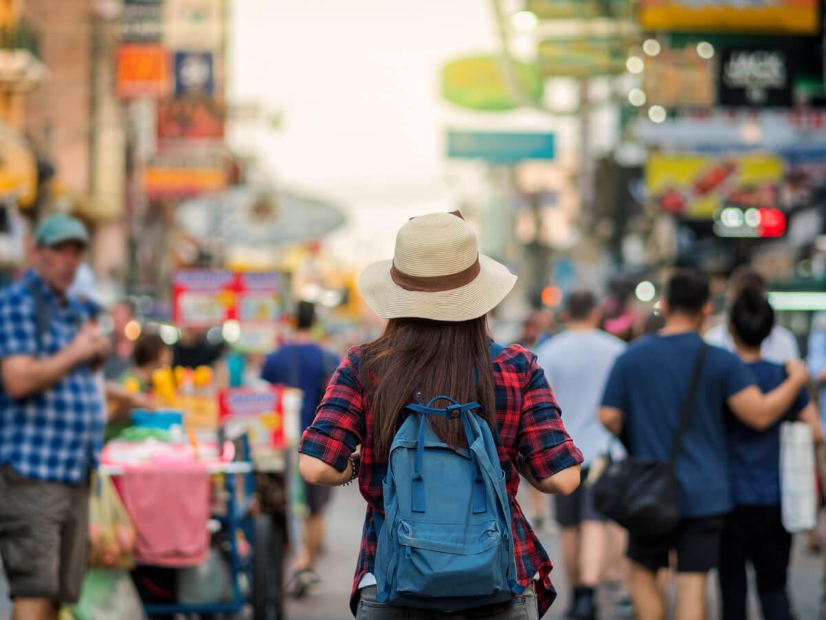 Turista caminando y haciendo compras.