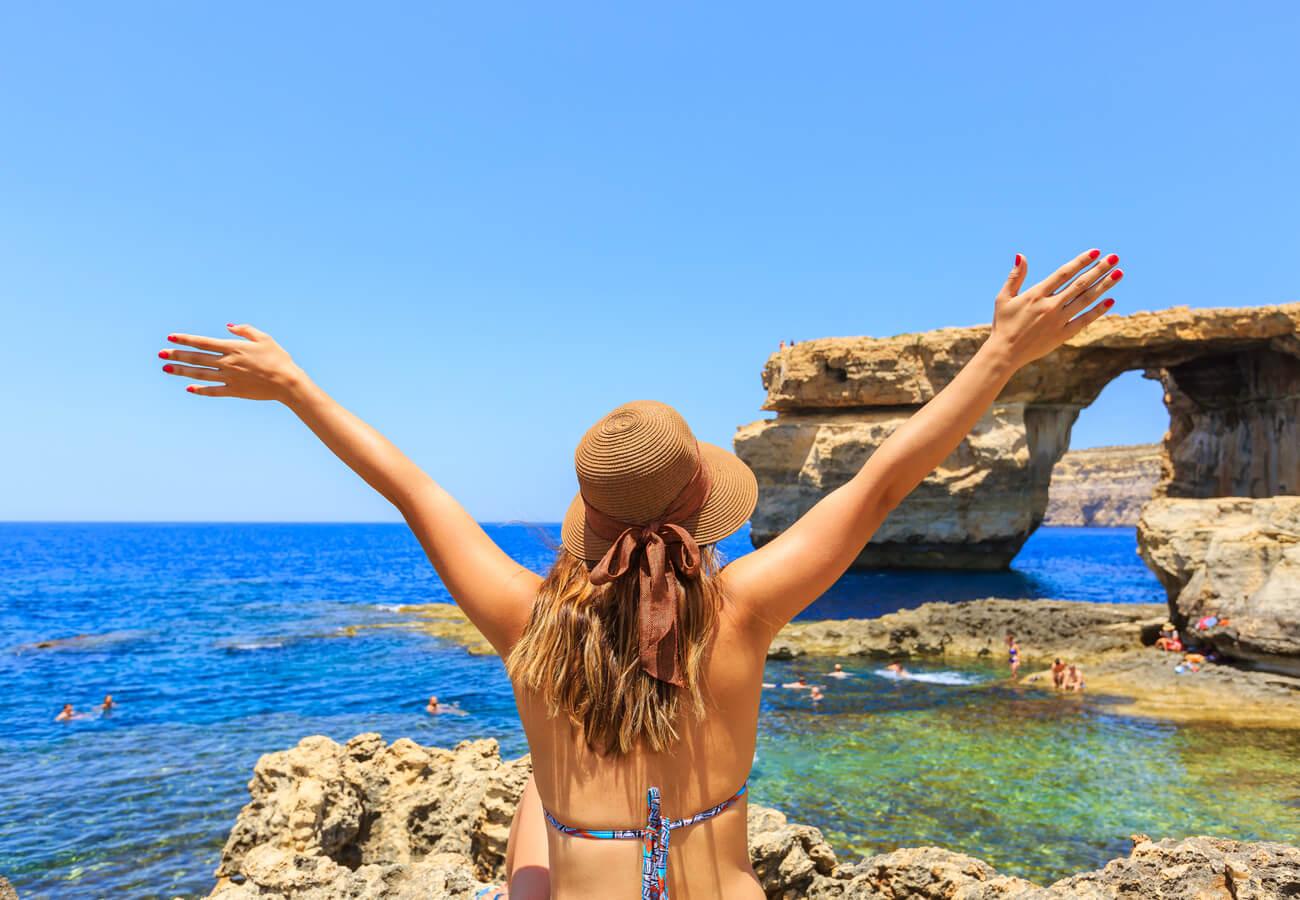 Turistas en la ventana azul de Malta.