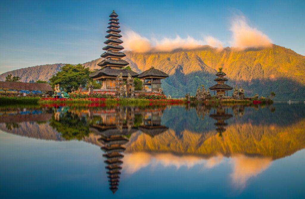 El templo Ulun Danu Batur es una de las atracciones en Indonesia.