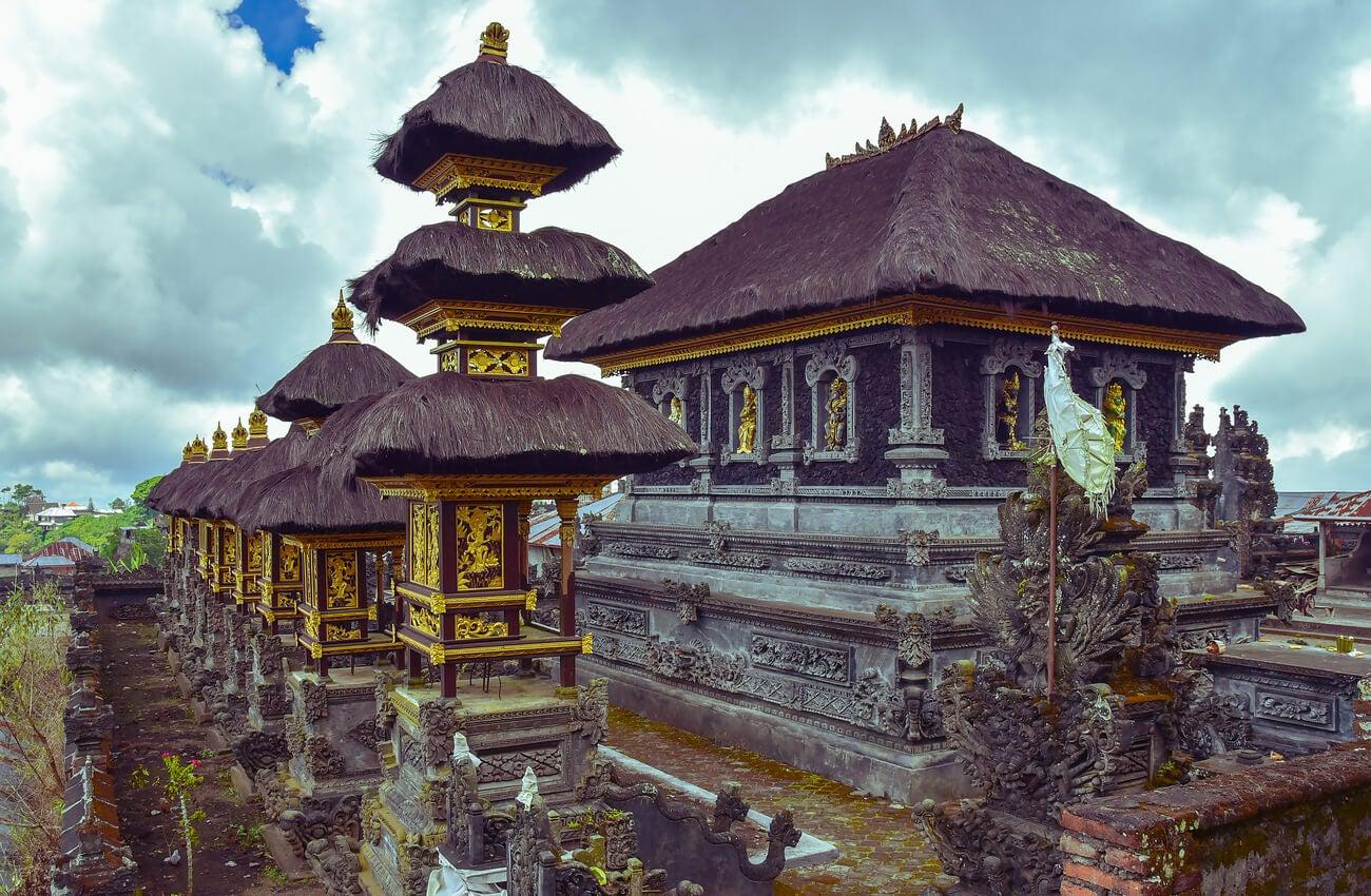 El paisaje que ofrece este templo en Bali es realmente hermoso.