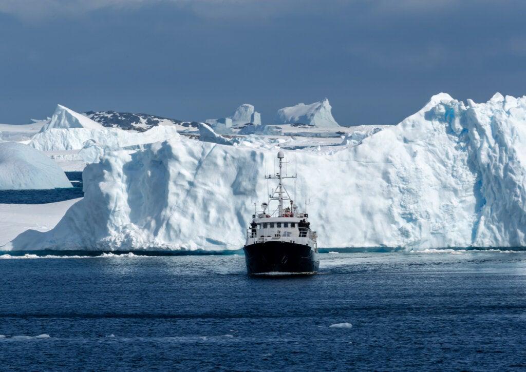 Barco navegando en las aguas de la Antártida.