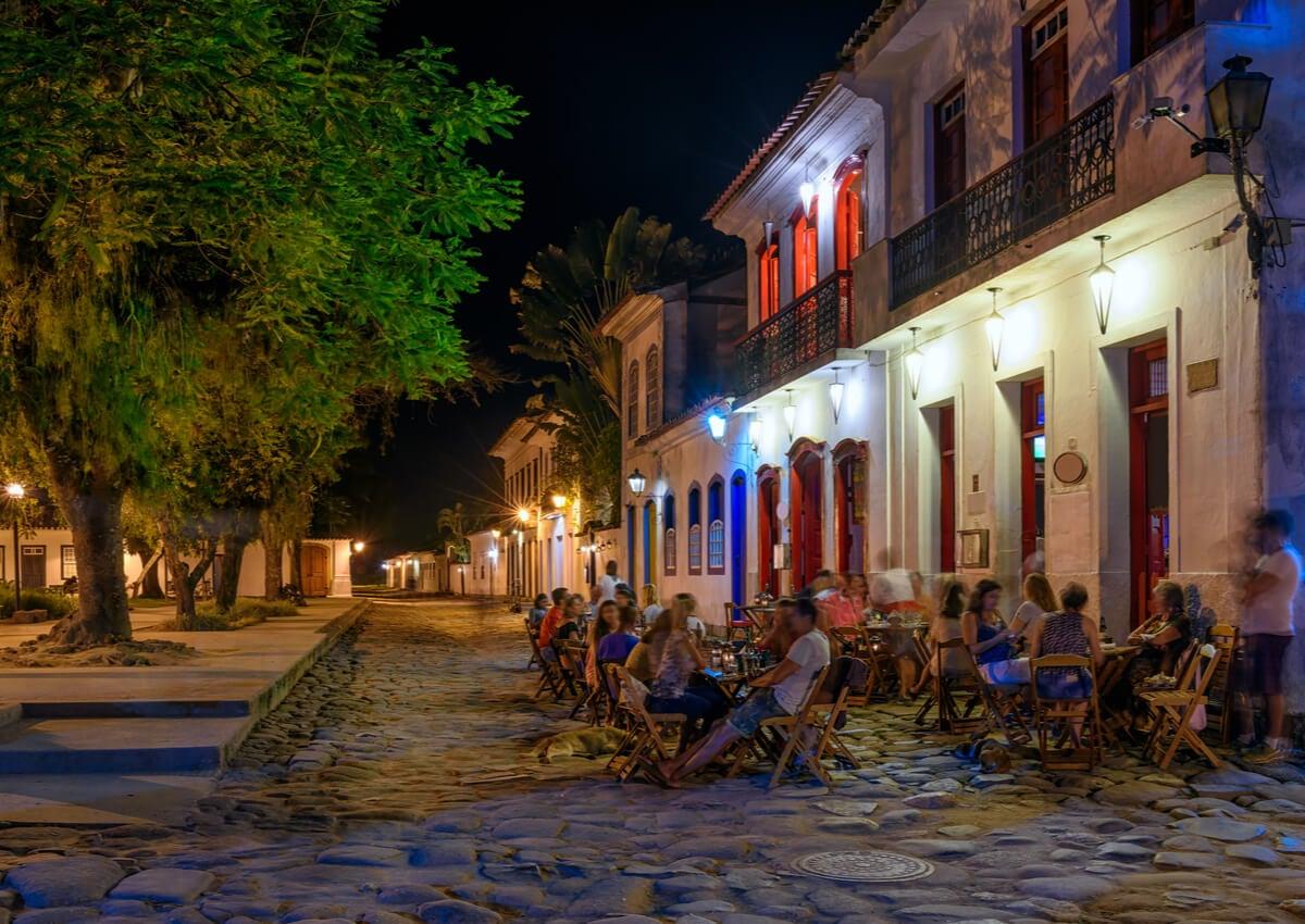 Bares nocturnos en la ciudad brasileña de Paraty.