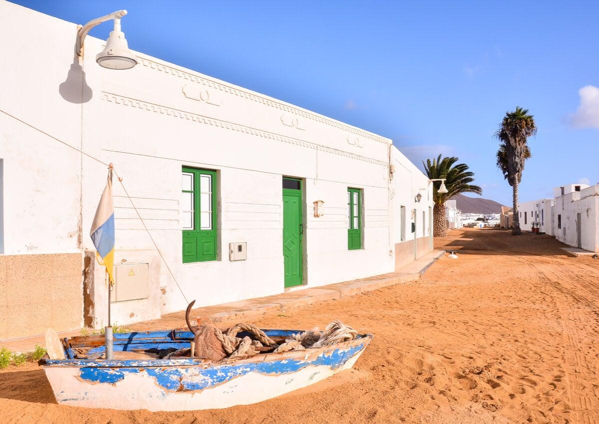 Caleta Famara se distingue todavía por sus calles de arena.