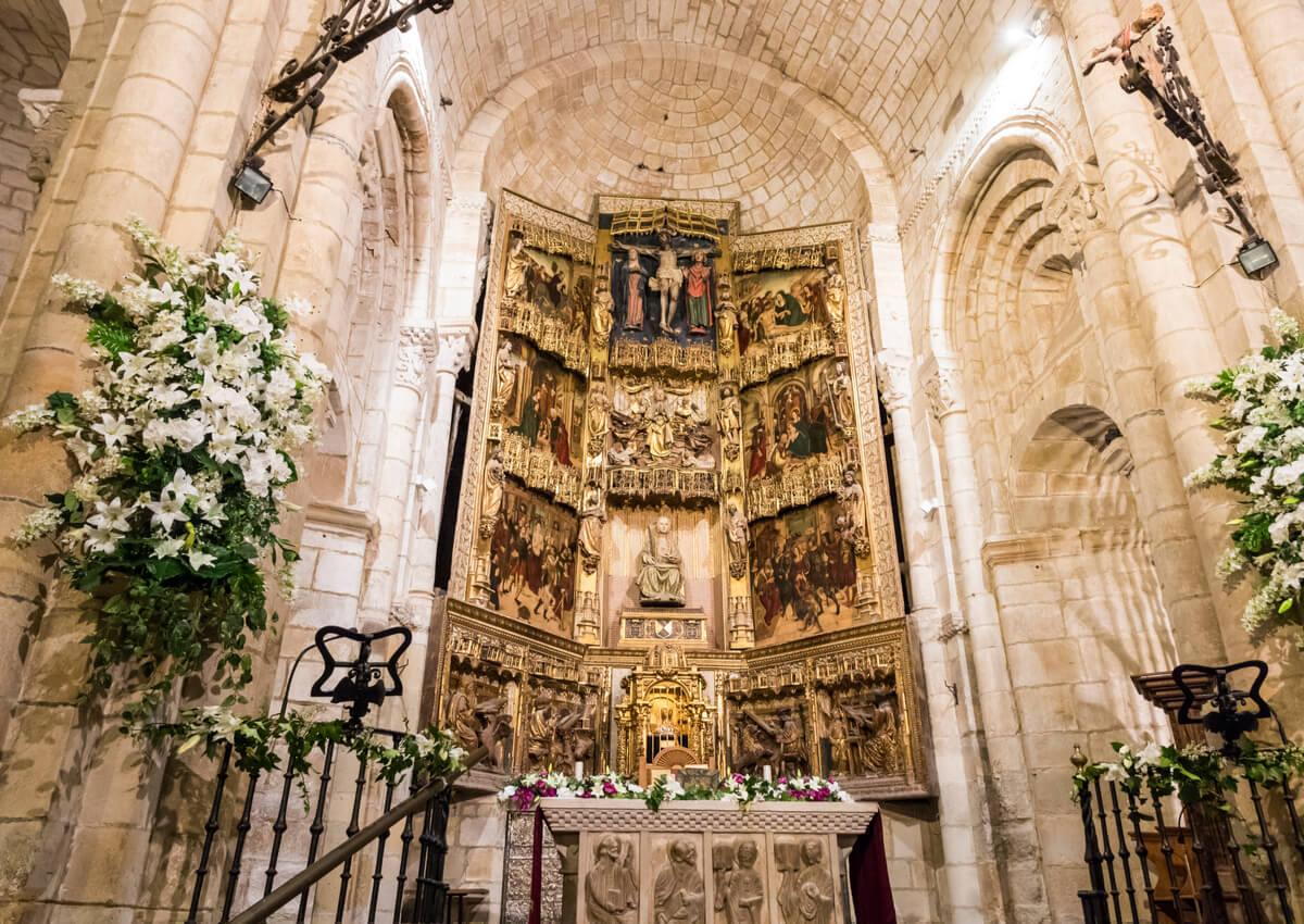 Impresionante altar en el interior de la Colegiata de Santa Juliana.
