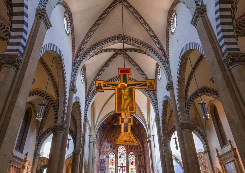 Crucifijos en el interior de un templo de Florencia, Italia.