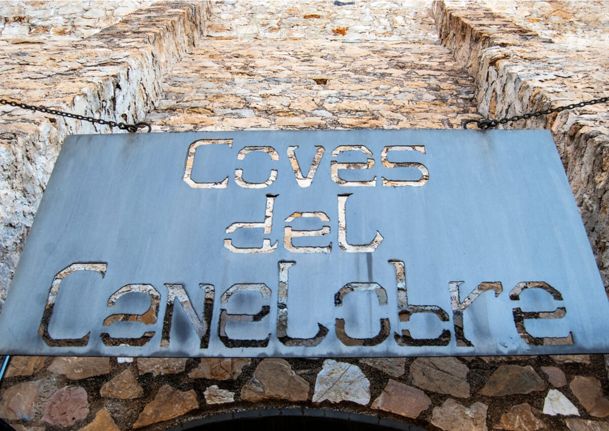 Cartel de ingreso de las Cuevas del Canelobre.