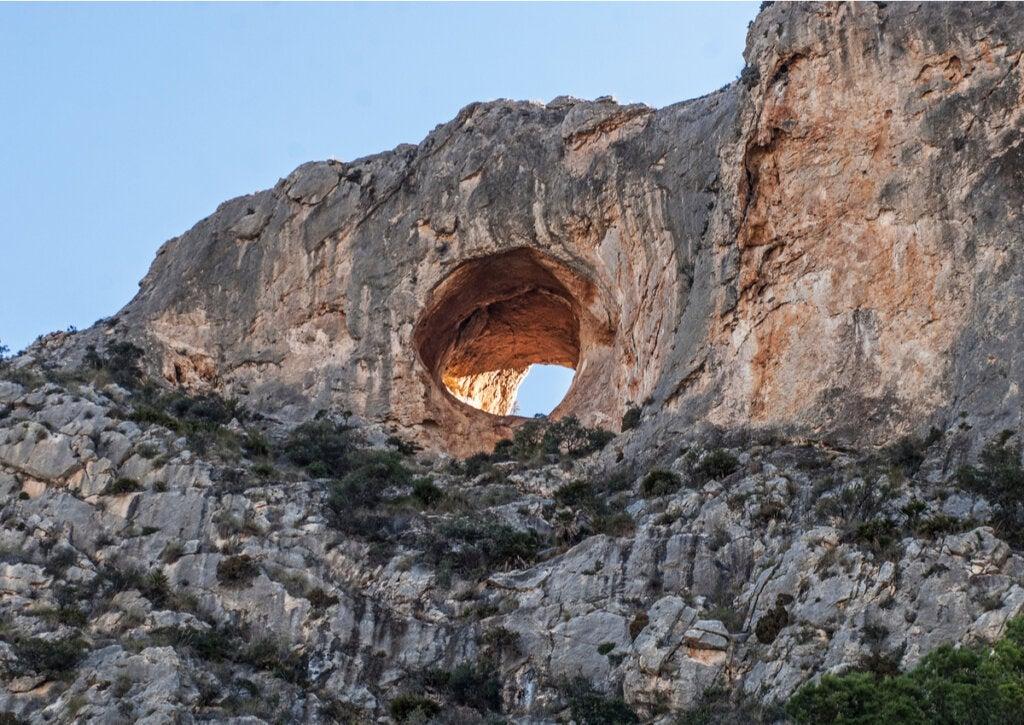Vista exterior del Hoyo del Cabezón, en las Cuevas del Canelobre.