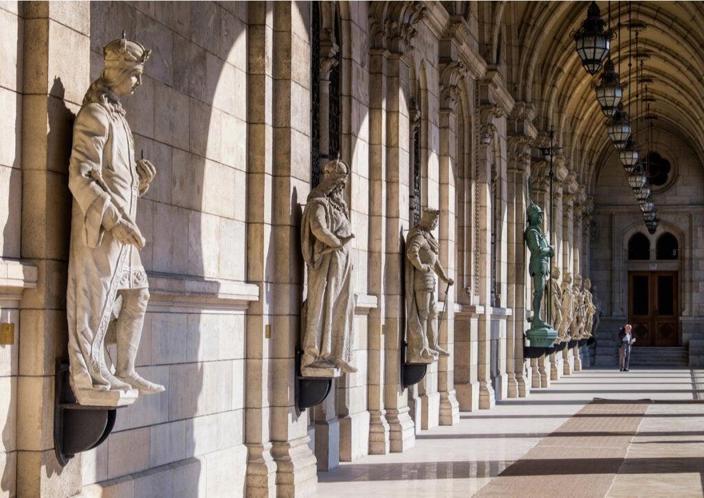 Bella imagen de la entrada de la Biblioteca del Parlamento de Hungría.