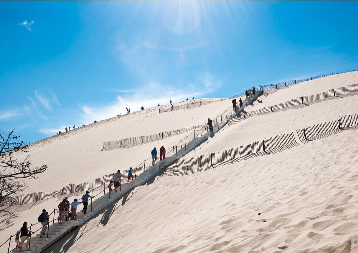 Escalera para llegar a la cima de la duna de Pilat en Francia.