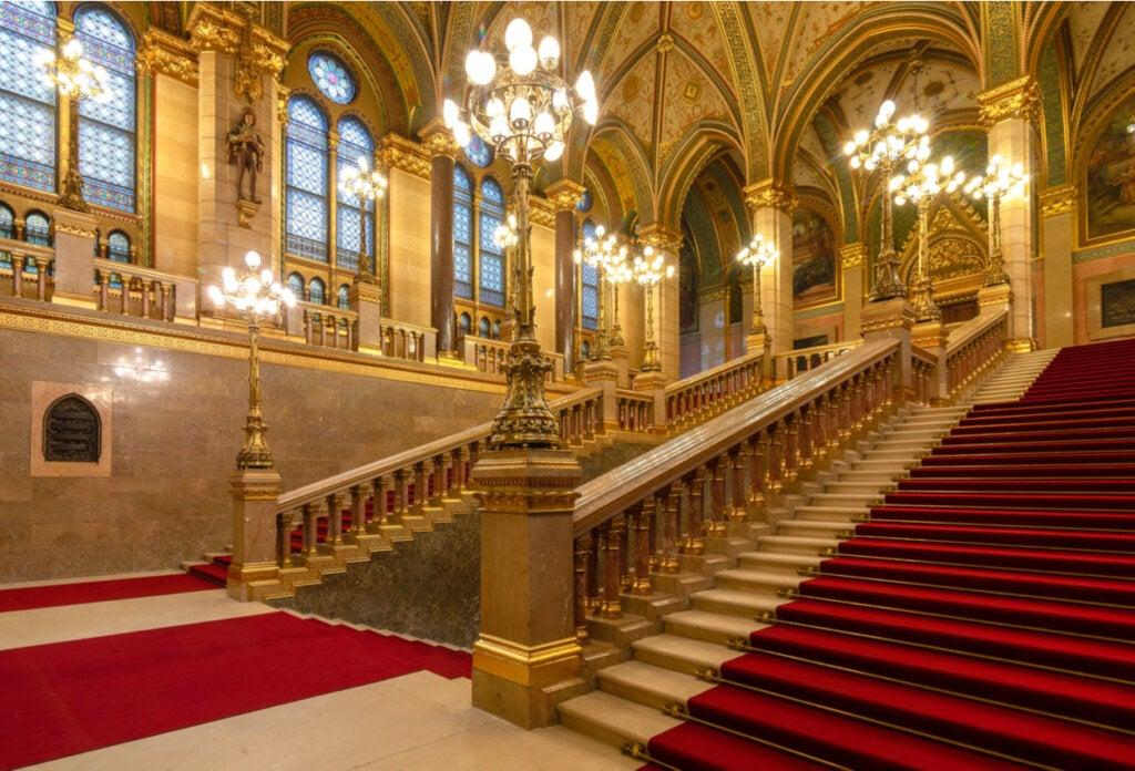 La escalera principal del Parlamento de Hungría.