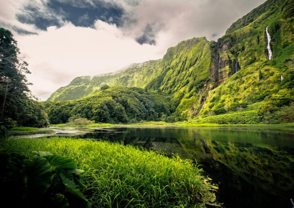 Flores, un hermoso paisaje en las Islas Azores.
