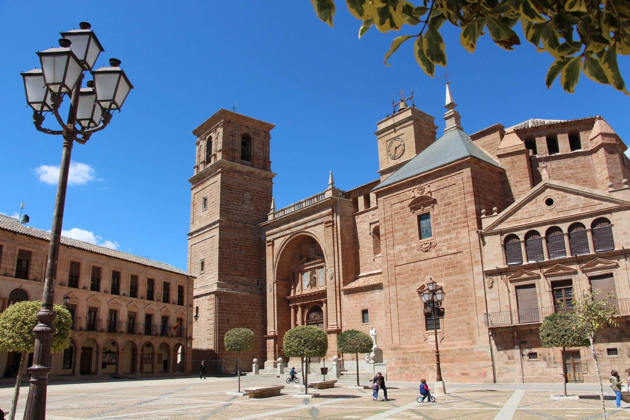 Iglesia de San Andrés Apostol, ubicada en la Plaza Mayor de Villanueva de los Infantes.