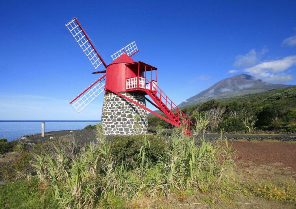 Molino y volcán en la isla de Pico, en las Islas Azores.