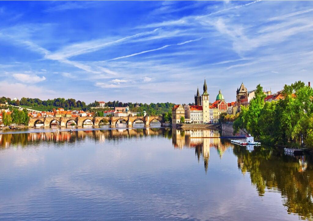 El Río Moldava atravesado por diversos puentes de Praga.