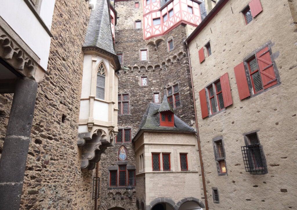Vista de habitaciones y patio interno del castillo de Eltz, en Alemania.