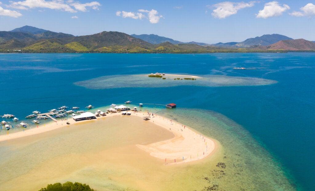 Playa de aguas turquesa en la isla Palawan.