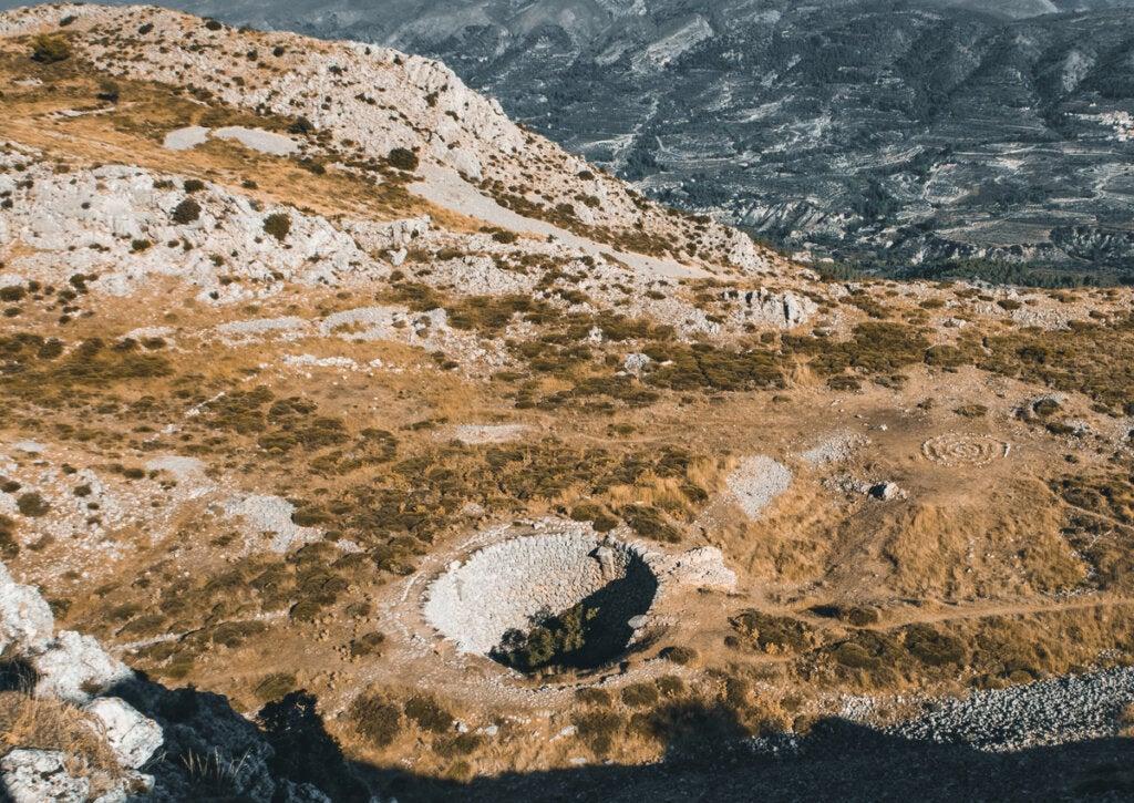 Ruinas de lo que fuera un pozo de nieve en La Serrella, en Alicante.