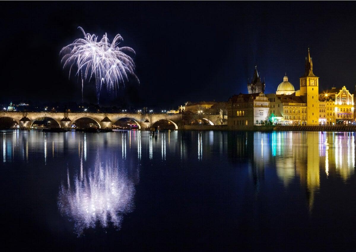 El Puente Carlos iluminado en la noche de Praga.
