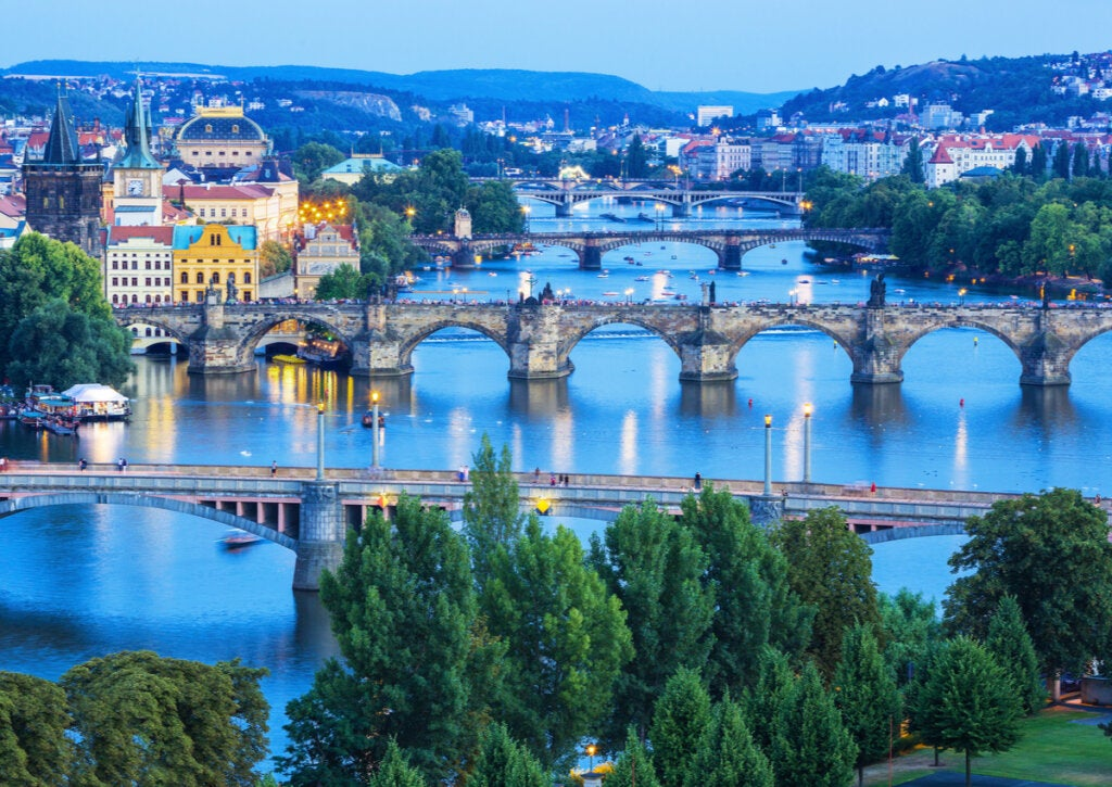 Varios puentes de Praga atravesando el Río Moldava.