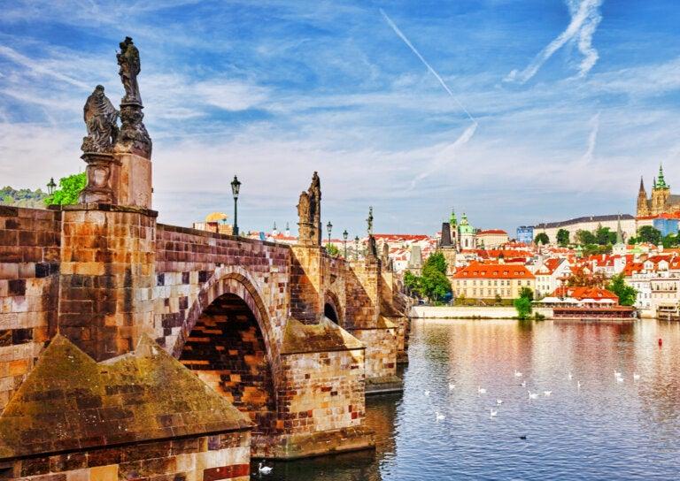 El Río Moldava y el histórico Puente Carlos de Praga