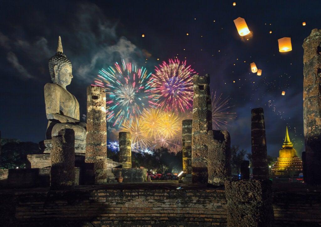 Fuegos artificiales durante una celebración en Tailandia.