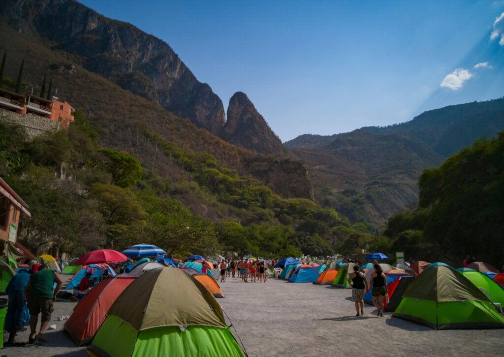 Zona de acampada al margen del río Tolantongo.