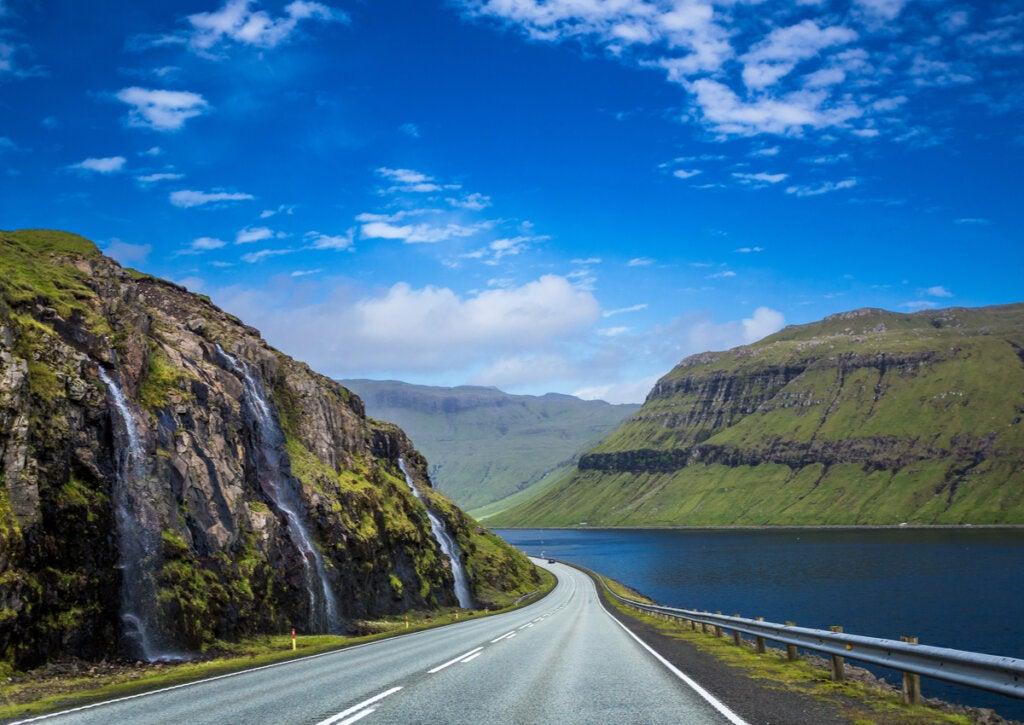 Bello paisaje en una carretera de las Islas Feroe.