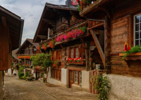 Casas de madera en las calles del pueblo de Brienz, en Suiza.