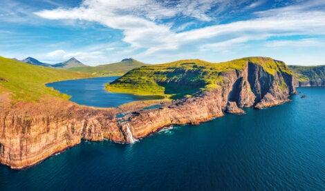 La cascada Bosdalafossur cae directamente sobre el oceano Atlántico.