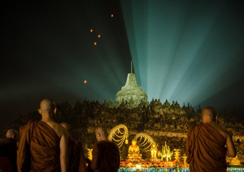 Una celebración budista en el templo de Borobudur.