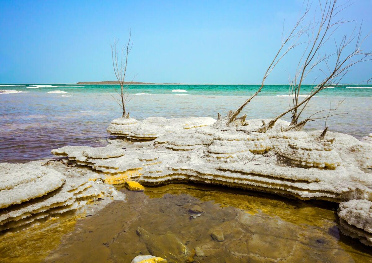 Las islas de sal en el mar Muerto representan un paisaje único.