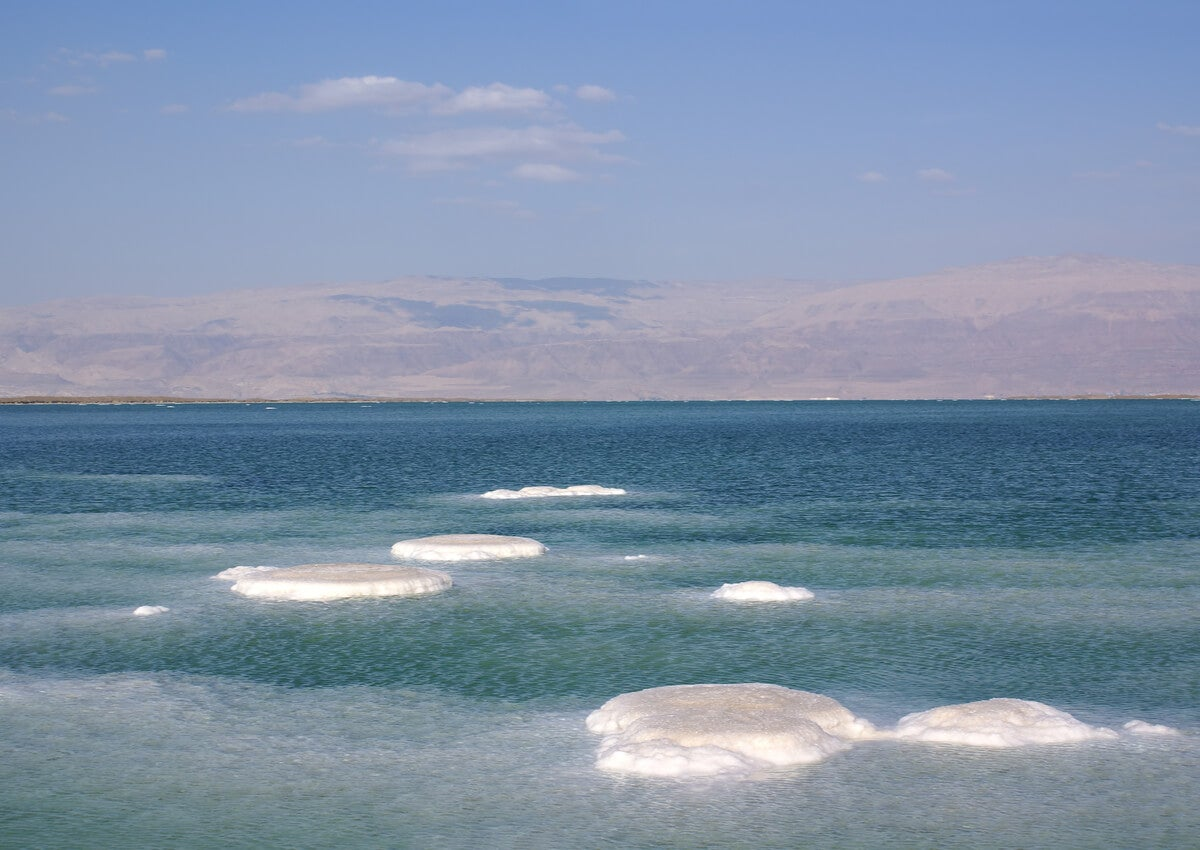Las islas de sal en el mar Muerto se dan por un fenómeno natural.
