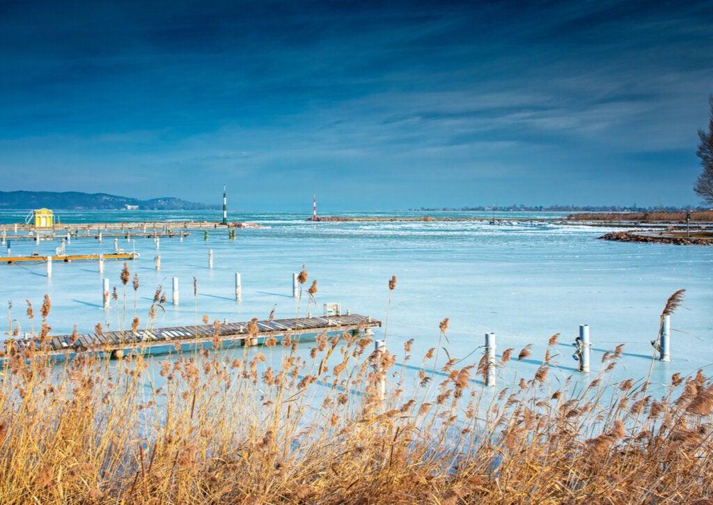 Una curiosidad del lago Balatón es que se congela en invierno.