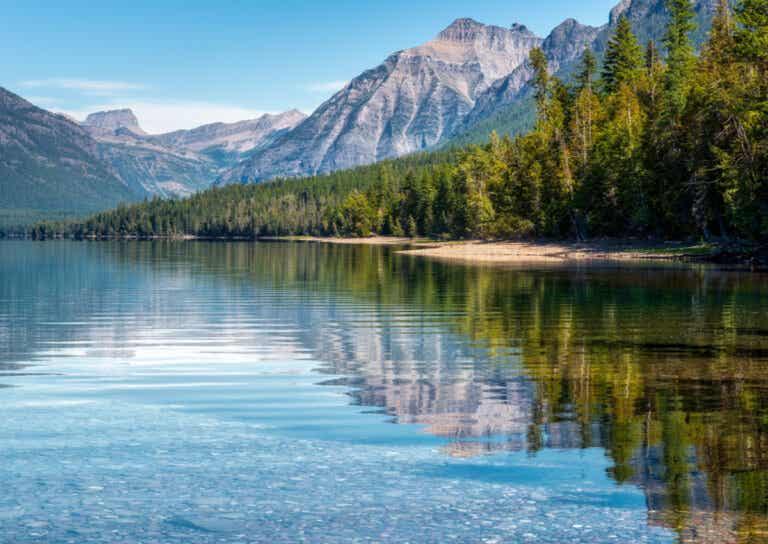 El lago McDonald y sus coloridas rocas