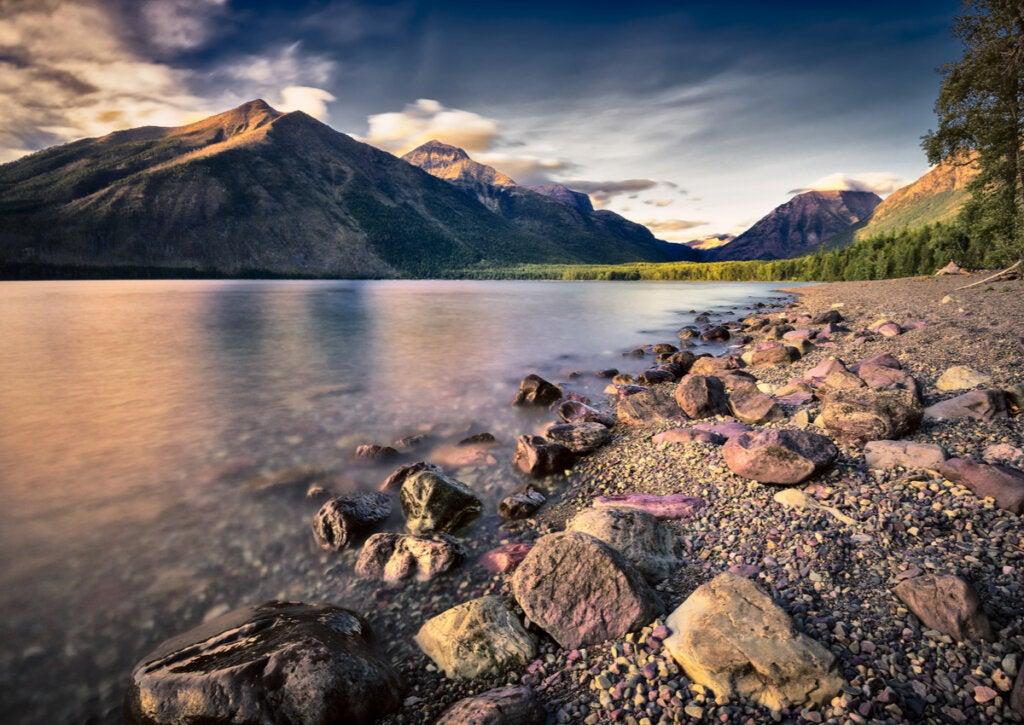Paisaje de la bella orilla del Lago McDonald.