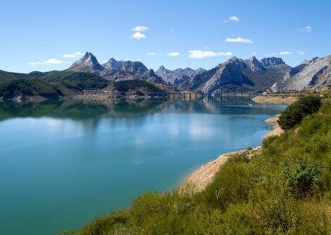 Lago artificial ubicado en el Parque Nacional Picos de Europa.
