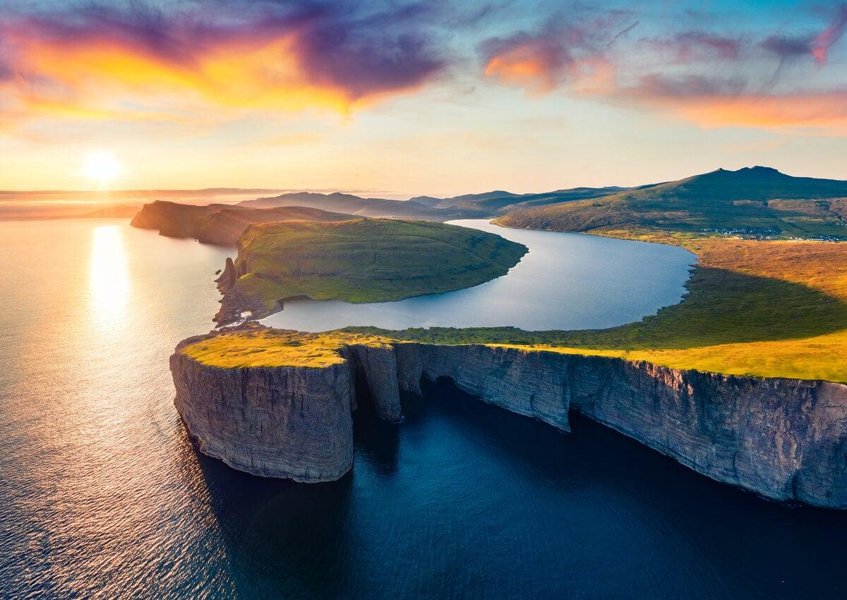 La ilusión óptica del Lago Sorvagsvatn sobre el oceano es magnífica.