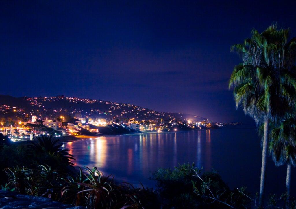 Hermosa postal nocturna de Laguna Beach, California.