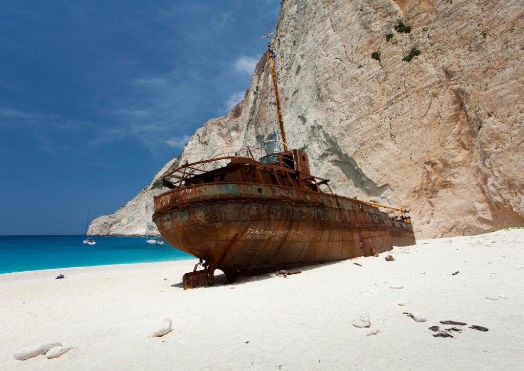El barco Panagiotis, para muchos implantado por el gobierno griego en esta playa.