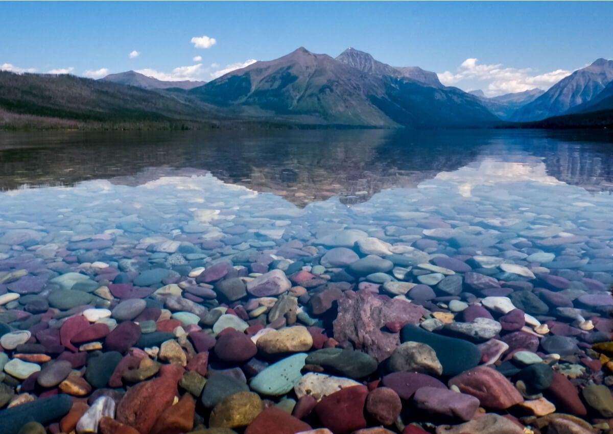 El lago McDonald y su fondo con piedras de colores.