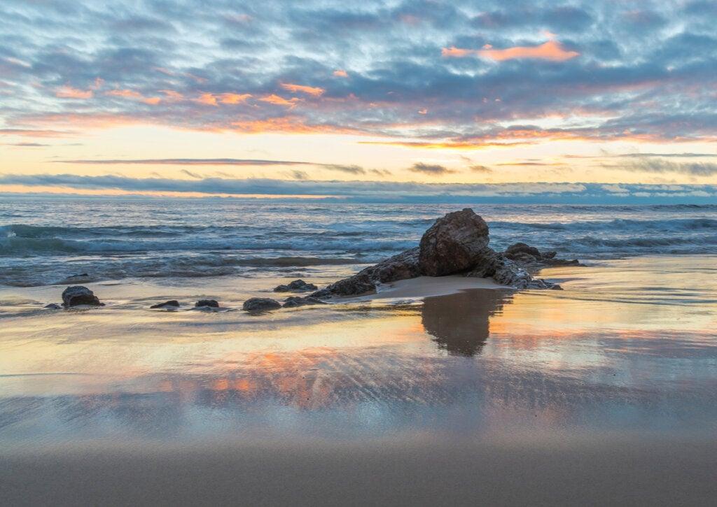 Paisaje de la playa de Laguna Beach, en California.